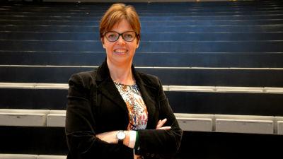 Forskare Siv Sandberg står med armarna i kors.