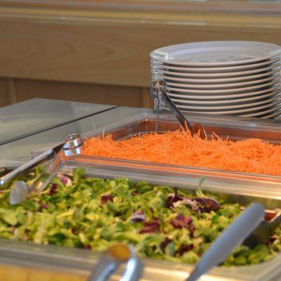 Bilden tagen i Strömborska skolans matsal på bilden ser vi sallad.