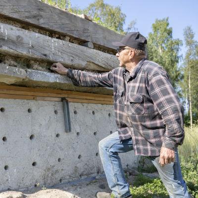 Martti Alakuijala on rakentanut törmäpääskyille pesimäpaikan omalle pihalleen Tornioon