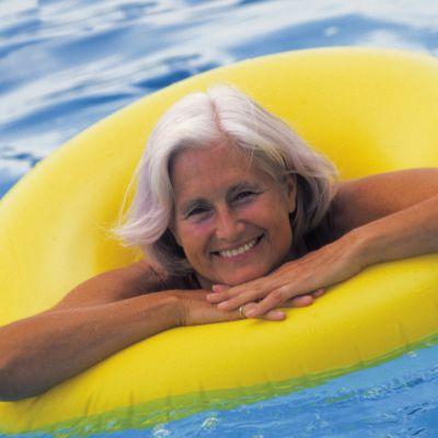 Simning och annan bassängträning är jätte bra för artrotiska knän. Bild:YLE/Comstock