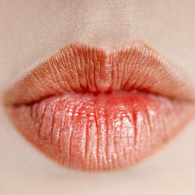 Rödmålade läppar.