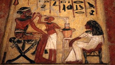 Stele föreställande en syrisk legosoldat som dricker öl.
