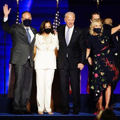 Joe Biden ja Kamala Harris perheineen kiittivät yleisöä voitonjuhlassaan.