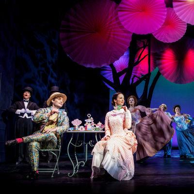 På bilden syns skådespelarna Josefin Silén, Anna Kettunen, Denny Lekström och Aron Nyman i Svenska Teaterns musikal Mary Poppins.