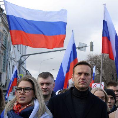 Juristen och oppositionspolitikern Ljubov Sobol (till vänster) tillhör den ryske oppositionsledaren Aleksej Navalnyjs (till höger) närmaste krets. Den här bilden är tagen i samband med en demonstration i februari 2020.