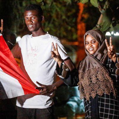 Unga sudanesiska demonstranter visar segertecknet efter nyheten om att militärrådets ledare Awad Mohamed Ahmed Ibn Auf hade avgått.