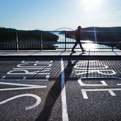 """Mitt på gränsbron vid Svinesund står med stora bokstäver """"Sverige/Norge"""""""