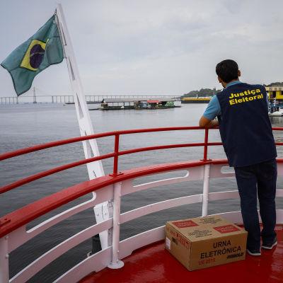 En valurna transporteras med båt till en avlägsen vallokal i Brasilien.