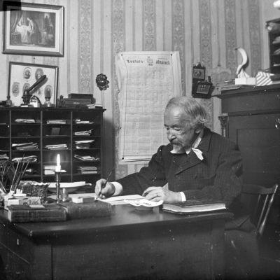 Zacharias Topelius vid sitt skrivbord i slutet av 1800-talet