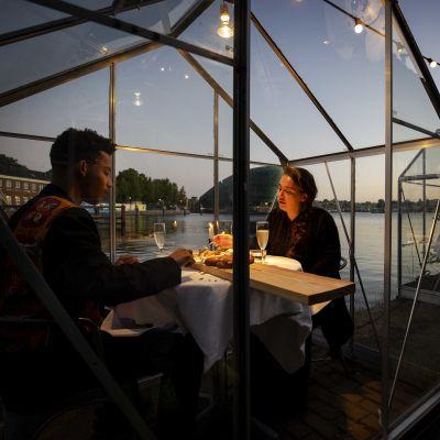 Mediamatic i Amsterdam har byggt växthus kring restaurangbord som skydd mot coronaviruset.