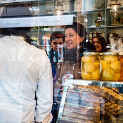 Agnes Buzyn kuvattuna kaupan ikkunan läpi.