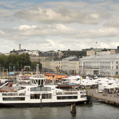 Suomenlinnan lautta kauppatorin rannassa helsingissä.