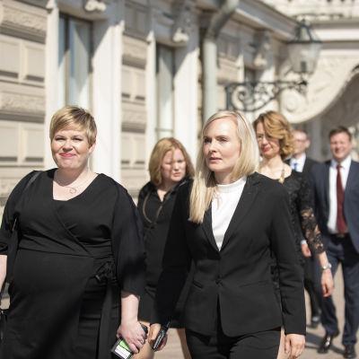 Maria Ohisalo kävelemässä Presidentinlinnasta Säätytalolle.