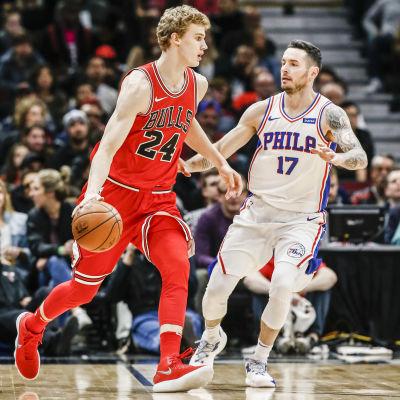 Chicagos Lauri Markkanen försöker dribbla bort Philadelphias JJ Redick.