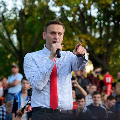 Aleksej Navalnyj talar i en mikrofon på en demonstration.