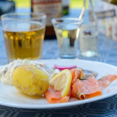 Fisk och potatis på talrik.
