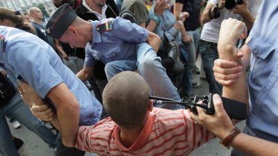 Polisen griper demonstranter i Moskva den 31 juli 2009.