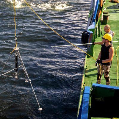 Den här bilden från den 12 juli visar ekolod som sänks ner till M/S Estonias vrak Under den pågående undersökningen används ekolod och sonarmetoder för att undersöka vraket och bottenförhållandena.