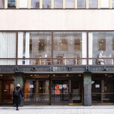 Porthania-byggnaden med glasfasad på Helsingfors universitets centrumkampus.