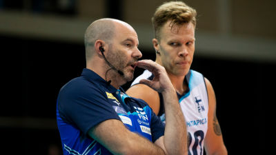 Päävalmentaja Joel Banks keskustelee Urpo Sivulan kanssa.