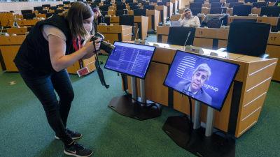 Eurogruppens distansmöte. Kvinna fotograferar skärm.
