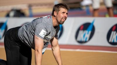 Antti Ruuskanen står på alla fyra.