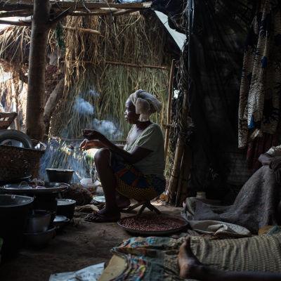 kristen flykting lagar mat i ett flyktingläger i bambara