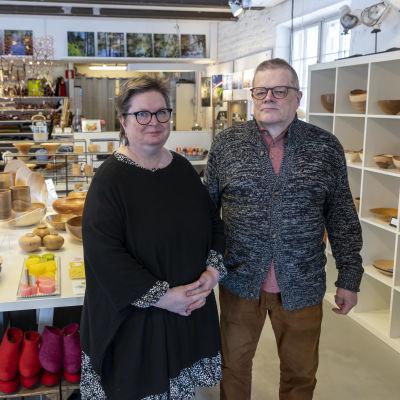 Ulla Huttunen ja Arto Salminen ylläpitämässään Höyry-galleriassa