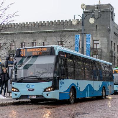 Busseja pysäkillä Lahden Aleksanterinkadulla.