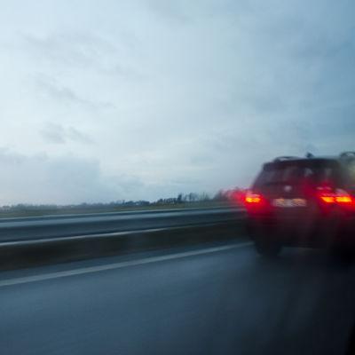 Bil på motorväg.