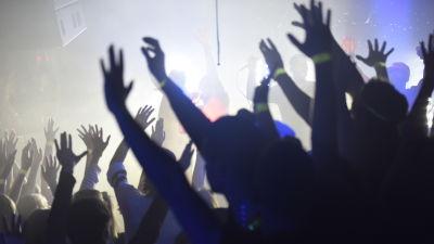 Publiken då Hov1 uppträder på Börs nightclub på Glöggrundan i Åbo