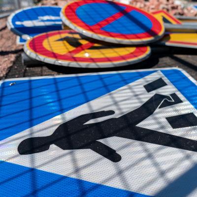 Irrotettuja liikennemerkkejä maassa.