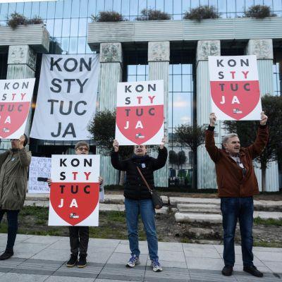 Polacker demonstrerar till stöd för domarna utanför landets högsta domstol