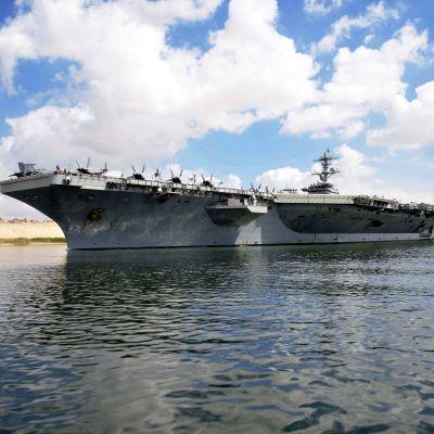 Hangarfartyget USS Abraham Lincoln i Suezkanalen den nionde maj.