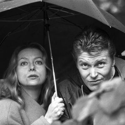 Komisario Harjunpää ja Onerva sateenvarjon alla
