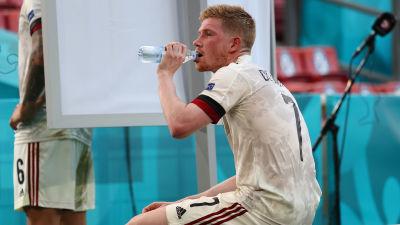Kevin De Bruyne dricker vatten under fotbolls-EM.