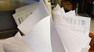 Kontors- och tidningspapper i papperskorg