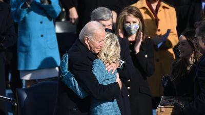 USA:s nysvurna president Joe Biden kramar om sin hustru Jill Biden.