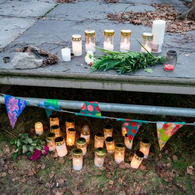 Kynttilöitä ja kukkia Koskelan murhapaikalla.
