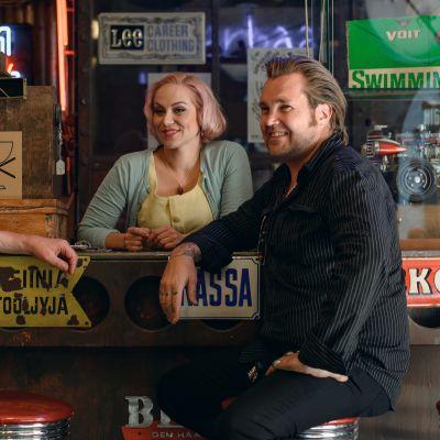 Uusi sarja on tarina kahden miehen Mika Kaireniuksen ja Tomppa Kekäläisen unelmasta. Mukana myös Ulrika Bachér.