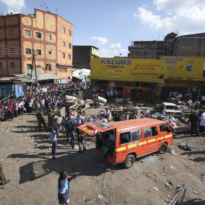 Den ena explosionen inträffade på ett torg i Nairobi.