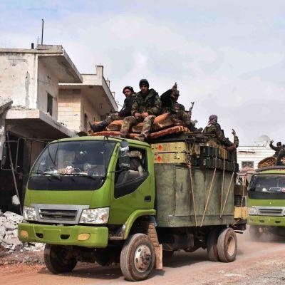Syriska regeringsstyrkor rullar in i Maaret al-Numan för första gången på sju år