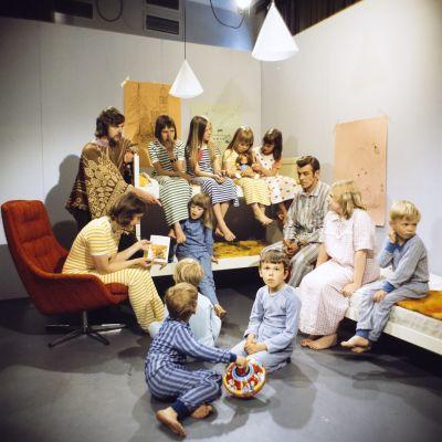 Lapsia ja aikusia Hyrrä-lastenohjelman studiossa 1970-luvulla.