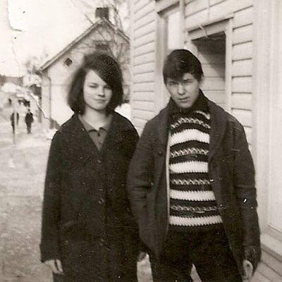 Vanha valokuva, jossa Tuure Kilpeläisen isä Tero Kilpeläinen ja kuhmolainen Terttu Ohtonen 60-luvulla Kuhmossa.