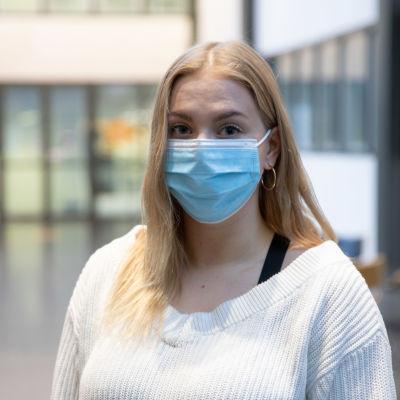 Jenni Hirvonsalo Oulun yliopiston autiossa aulatilassa.