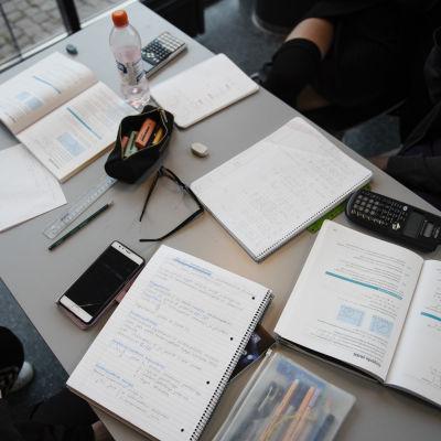 Koulutehtäviä pöydällä.