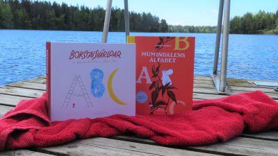 Två ABC-böcker för barn på brygga.
