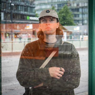 Katukuvauksen klassisia aiheita ovat lasin läpi kuvatut henkilöhahmot