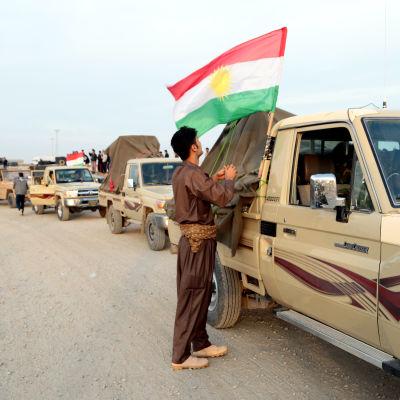 Kurdiska Peshmergastyrkor på väg till Kobane köar vid den turkiska gränsen.