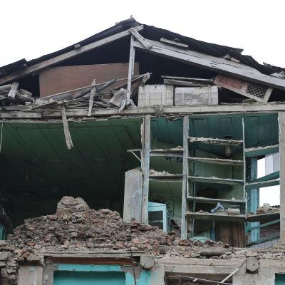 Hus förstört av jordskalv i Srinagar.